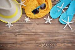 Accesorios de la playa con las cáscaras del mar Imágenes de archivo libres de regalías