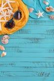 Accesorios de la playa con las cáscaras del mar Foto de archivo libre de regalías