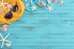Accesorios de la playa con las cáscaras del mar Fotografía de archivo