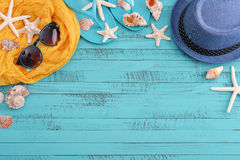 Accesorios de la playa con las cáscaras del mar Imagenes de archivo