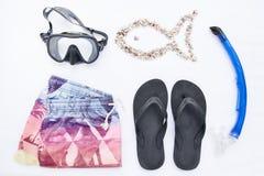 Accesorios de la playa de la variedad para bucear en el fondo blanco Artículos de las vacaciones y del viaje, del mar y del océan Imagen de archivo libre de regalías