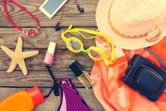 Accesorios de la playa de las mujeres del verano para su día de fiesta del mar Imágenes de archivo libres de regalías