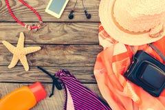 Accesorios de la playa de las mujeres del verano para su día de fiesta del mar Foto de archivo libre de regalías