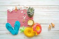 Accesorios de la playa del concepto del verano en el tablón blanco fotografía de archivo libre de regalías