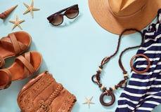 Accesorios de la playa del ` s de las mujeres del verano para su día de fiesta del mar: sombrero de paja, pulseras, sandalias de  Foto de archivo libre de regalías