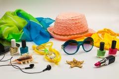 Accesorios de la playa del ` s de las mujeres del verano para su día de fiesta del mar en el fondo blanco Imagen de archivo