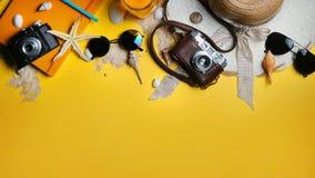 Accesorios de la playa del verano en fondo amarillo Cámara, estrellas de mar, Fotografía de archivo libre de regalías