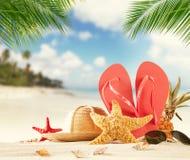 Accesorios de la playa del verano en la arena Foto de archivo