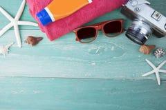 Accesorios de la playa del viaje del verano en el tablero de madera Imágenes de archivo libres de regalías