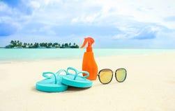 Accesorios de la playa en la arena Fotografía de archivo libre de regalías