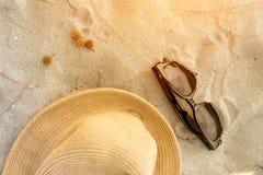 Accesorios de la playa en la arena con puesta del sol Fotografía de archivo