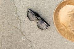 Accesorios de la playa en la arena con puesta del sol Imagen de archivo