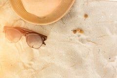 Accesorios de la playa en la arena con puesta del sol Imagenes de archivo