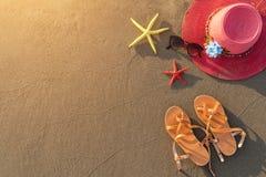 Accesorios de la playa en la playa arenosa Fotografía de archivo libre de regalías