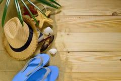 Accesorios de la playa en bagkground de madera Imagen de archivo libre de regalías