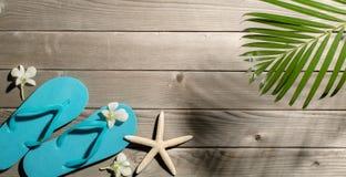 Accesorios de la playa en el fondo de madera Foto de archivo libre de regalías