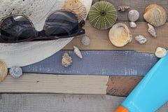 Accesorios de la playa en el tablero de madera Imagen de archivo