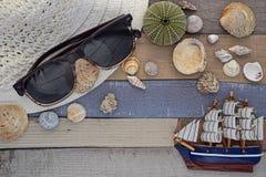 Accesorios de la playa en el tablero de madera Fotografía de archivo libre de regalías