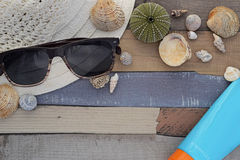 Accesorios de la playa en el tablero de madera Fotografía de archivo