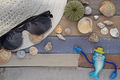 Accesorios de la playa en el tablero de madera Imagenes de archivo