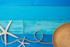 Accesorios de la playa en el tablero de madera Imagen de archivo libre de regalías