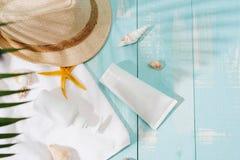 Accesorios de la playa en el tablero de madera Imágenes de archivo libres de regalías