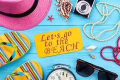 Accesorios de la playa en fondo azul Foto de archivo libre de regalías