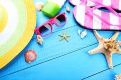 Accesorios de la playa en fondo de madera Imágenes de archivo libres de regalías