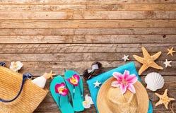 Accesorios de la playa en fondo de madera Foto de archivo libre de regalías