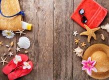 Accesorios de la playa en fondo de madera Imagen de archivo libre de regalías
