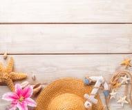 Accesorios de la playa en fondo de madera Fotos de archivo libres de regalías