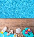 Accesorios de la playa en fondo de madera con la piscina Imagen de archivo libre de regalías