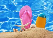 Accesorios de la playa en la arena Fotografía de archivo