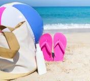 Accesorios de la playa en la arena Fotos de archivo libres de regalías