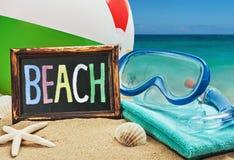 Accesorios de la playa en la arena Imagen de archivo