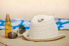 Accesorios de la playa en la arena Imágenes de archivo libres de regalías