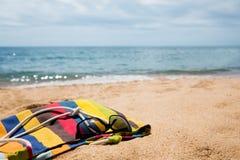 Accesorios de la playa en la orilla arenosa Foto de archivo