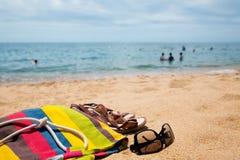 Accesorios de la playa en la orilla arenosa Fotos de archivo