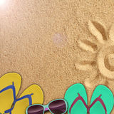 Accesorios de la playa en la orilla del mar Fotos de archivo libres de regalías