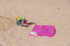 Accesorios de la playa en la playa Fotografía de archivo libre de regalías