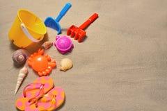 Accesorios de la playa en la playa arenosa Foto de archivo