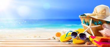 Accesorios de la playa en la playa de la cubierta Imagen de archivo