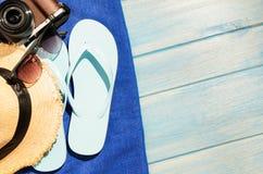 Accesorios de la playa en la tabla Imágenes de archivo libres de regalías