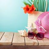 Accesorios de la playa en la tabla de madera Fotografía de archivo libre de regalías