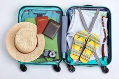 Accesorios de la playa en maleta abierta fotos de archivo