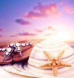 Accesorios de la playa en puesta del sol Fotos de archivo libres de regalías