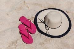 Accesorios de la playa en Sandy Beach In The Summer fotografía de archivo libre de regalías