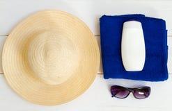 Accesorios de la playa en la tabla de madera Imagenes de archivo