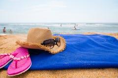 Accesorios de la playa en una playa del mar Foto de archivo libre de regalías