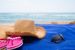 Accesorios de la playa en una playa del mar Fotografía de archivo libre de regalías